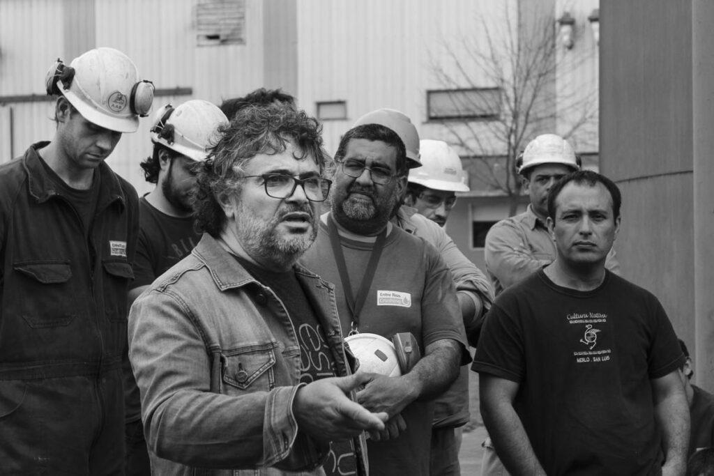 Daniel Jofre, secretario general del sindicato de aceiteros junto a algunos trabajadores