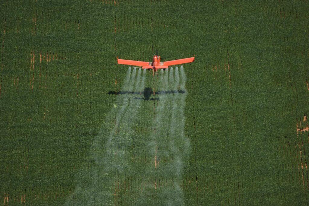 Fumigación en campos de soja en Brasil