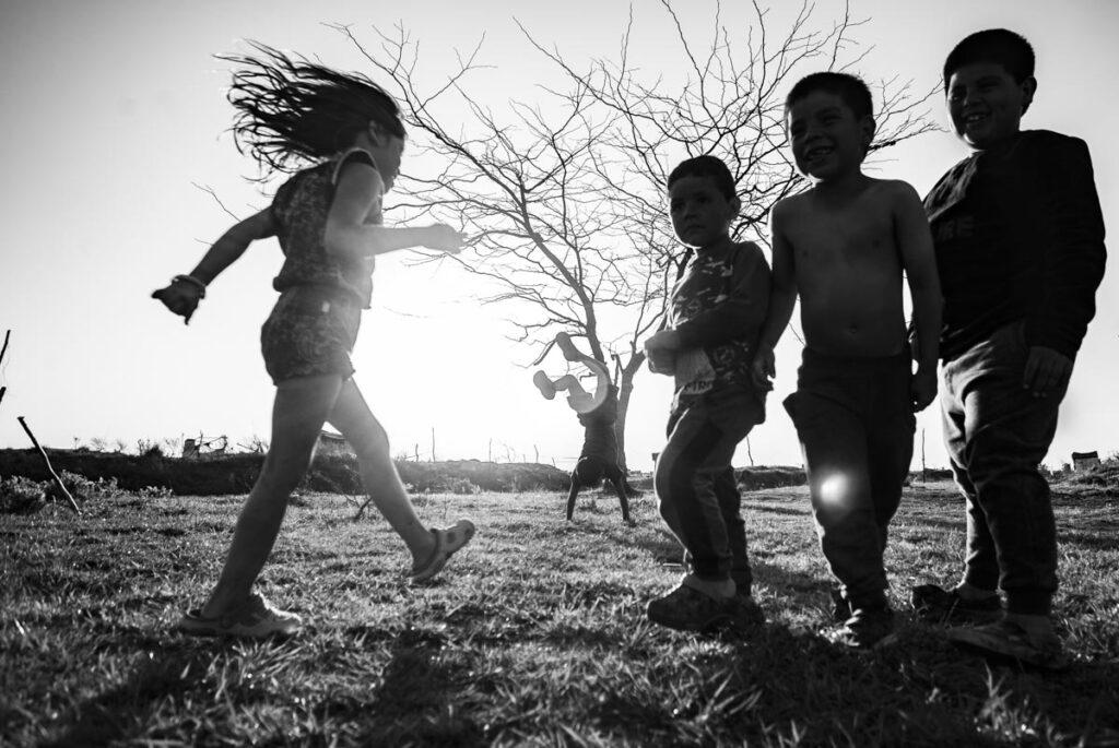 Niños jugando en la toma de tierras de Guernica, Provincia de Buenos Aires.