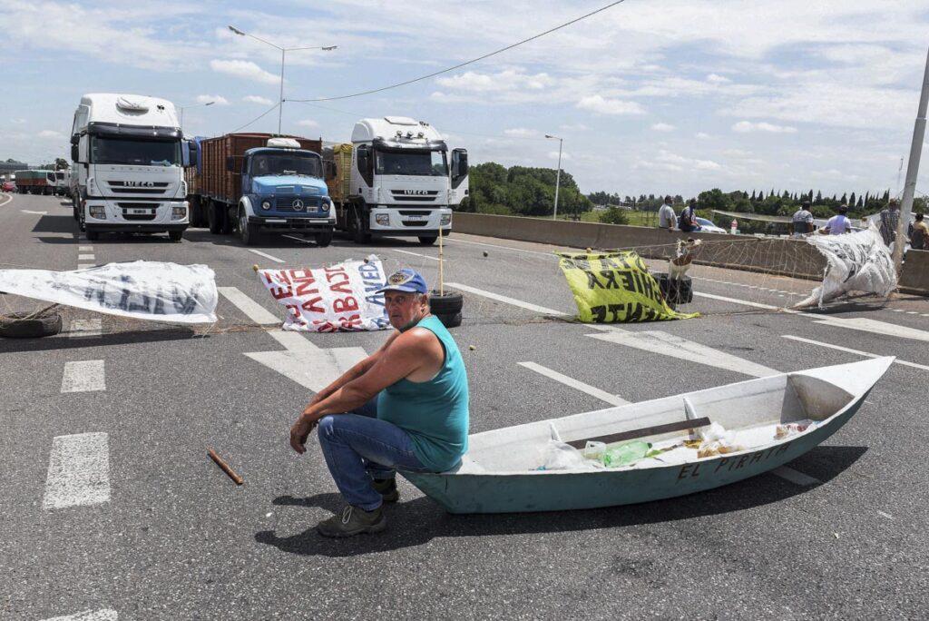 ROSARIO 05-01-2021 Pescadores santafesinos cortaron hoy el tránsito vehicular sobre el puente Rosario-Victoria, y otros puntos de la región, en protesta por la veda pesquera en el río Paraná, hasta el 31 de marzo venidero, que impuso un juez Civil y Comercial de Rosario