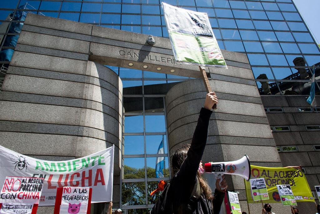 Protesta frente a la cancilleria.